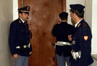 Risultati immagini per polizia bussa alla sua porta